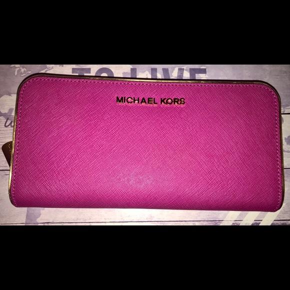 3e23f21814ab34 Michael Kors wallet. M_5a660a6331a376bf6e678aa9